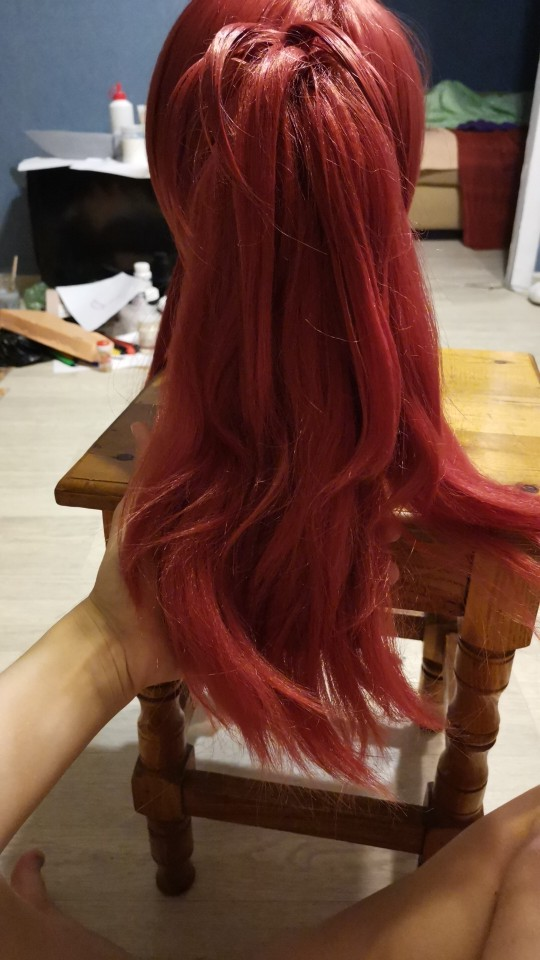 The wig is good. The top itself is slightly bald, but the quality is perfect. Very soft. I directly recommend. On the strands of curls, i just straightened them already) chignon on the crab and good. Thank you seller